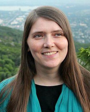 Auf dem Bild sieht man eine ehrenamtliche Mitarbeiterin von EbE. Sei lacht und hat lange haare. Sie heißt Karin Schädler.